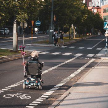 Personne à mobilité réduite sur la chaussée